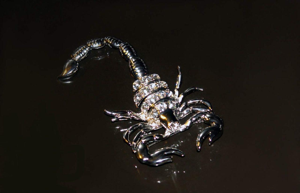 скорпион из драгоценных камней