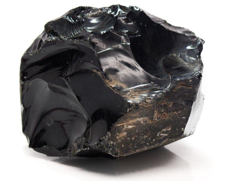 Камень Обсидиан: свойства, разновидности, применение