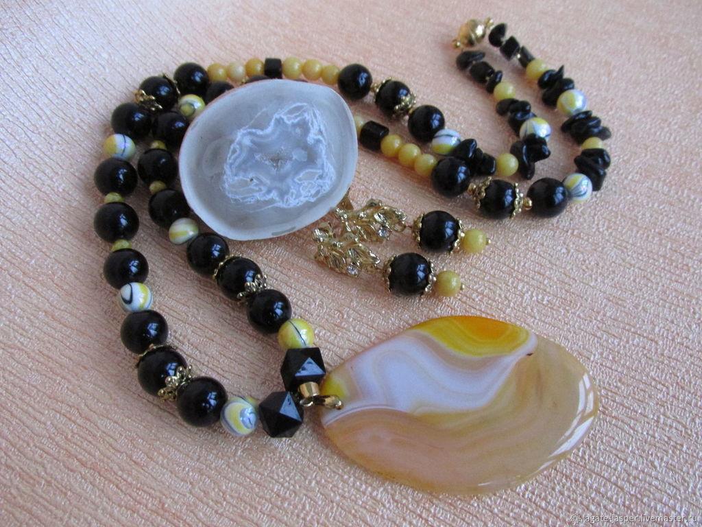 серьги и ожерелье из белого агата