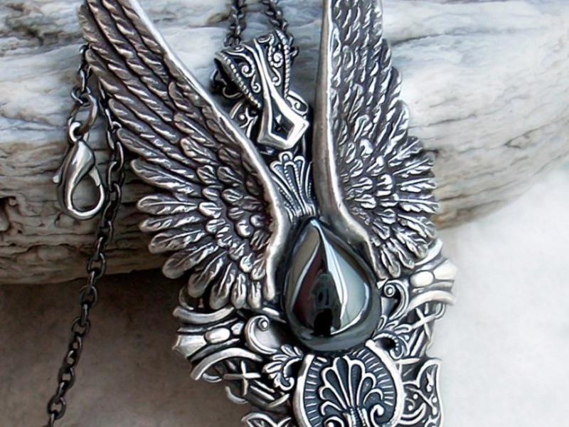 украшение в виде крыльев дьявола